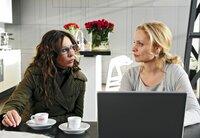 Alexandra (Simone Thomalla) erhofft sich Unterstützung von der Patentanwältin Fiona-Salm Friedrich (Catherine Flemming, r.).