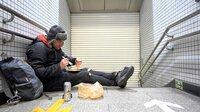 In der Millionenmetropole Tokio hat Samuel die letzte Bahn verpasst. Der nächste Zug fährt erst wieder am Morgen. Bis dahin vertreibt sich Samuel die Zeit vor der verschlossenen Metro mit einem Picknick.