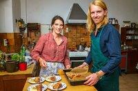 Beim Kochen bekommt Doris Unterstützung von ihrem Bekannten Palle. (