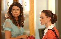 """""""Gilmore Girls"""", """"Ohne Worte."""" Rory hat eine Nacht mit Dean verbracht. Lorelai hält ihrer Tochter eine Moralpredigt, da Dean ein verheirateter Mann ist. Um der vergifteten Atmosphäre zu entfliehen, entschließt sich Rory dazu, ihre Großmutter auf eine Europareise zu begleiten. Lorelai und Luke küssen sich. Gerade als die beiden beschließen, eine Beziehung zu riskieren, ereilt Luke ein Hilferuf seiner Schwester aus Maine. Die frisch Verliebten müssen ihr vereinbartes Treffen bis auf weiteres verschieben.Im Bild (v.li.): Lauren Graham (Lorelai Gilmore), Alexis Bledel (Lorelai 'Rory' Leigh Gilmore)."""