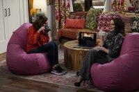 Val (Molly Shannon, l.) nutzt einen Unfall, um Karen (Megan Mullally, r.) dazu zu bringen, ihre Freundin zu sein ...