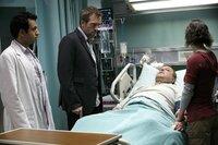 Und wieder hat Jeff (Paul Rae, 2.v.r.), Debs (Chad Morgan, r.) Ehemann, einen Ohnmachtsanfall erlitten. Im Gegensatz zu Dr. Lawrence Kutner (Kal Penn, l.) ist Dr. Gregory House (Hugh Laurie, 2.v.l.) überzeugt, dass das extreme Harmoniebedürfnis des Patienten Symptom einer Krankheit ist.