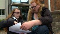 Lea (18) und Renee (21) haben eine hohe Stromrechnung erhalten..