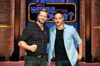 """Treten bei """"Wer weiß denn sowas?"""" als Kandidaten gegeneinander an: Der Schauspieler Henning Baum (l.) und der Schauspieler Tom Wlaschiha (r.)."""