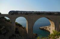Viadukt bei Niolon: Darunter führt einer der schönsten Wanderwege der Côte Bleue entlang. Überhaupt bietet sich die Bahn für Wanderer hervorragend an.