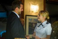 Obwohl die pedantische und korrekte Allison (Emma Stone, r.) alles andere als sein Typ ist, muss Brian (Bradley Cooper, l.) schon bald erkennen, dass ihn irgendetwas zu dieser Pilotin der Air Force hinzieht. Wäre da nicht seine Ex, dann hätte er durchaus Interesse ...