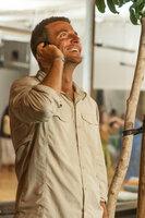 Brian Gilcrest (Bradley Cooper) ist Lieferant für das Militär. Ein neuer Auftrag schickt ihn nach Hawaii, dort soll er für das Honolulu Space Programm den Bau eines neuen Waffensatelliten überwachen. Doch dann verliebt er sich in seine Ex und in eine Pilotin der Air Force ...