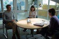 Da kann Nat (Rose Byrne, M.) und Josh (Rafe Spall, l.) auch keine Paartherapeutin (Olivia Colman, r.) mehr helfen - vor allem, wenn diese noch nicht mal selber an die Ehe glaubt ...