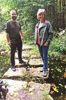 Annette Krause i(re.) ist unterwegs im Botanischen Garten in Ulm mit Stefan Brändel.
