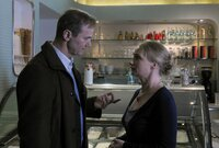 Polizeichef Reddemann (Arnfried Lerche) befragt Eva Rückert (Gundula Köster), die mit der Witwe Milena Krichner befreundet ist und erfährt so von einer heimlichen Affäre.                   .