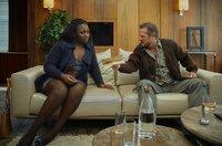 Kraftfahrer Dennis (Aurel Manthei) und seine Frau Nyota (Mercy Dorcas Otieno) in der Paartherapie.