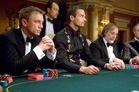 Für seine Terrorzelle will Le Chiffre im Casino Royale in Montenegro einen hohen Geldertrag erspielen. James Bond (Daniel Craig, l.) tritt in einem heißen Pokermatch gegen den Bösewicht an.