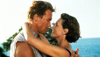 Harry (Arnold Schwarzenegger) und Helen (Jamie Lee Curtis)  Die Verwendung des sendungsbezogenen Materials ist nur mit dem Hinweis und Verlinkung auf TVNOW gestattet.