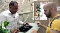 Schweren Herzens geht Ibrahim (31, re.) ins Leihhaus und möchte zwei Handys und sogar seinen Ehering zu Geld machen