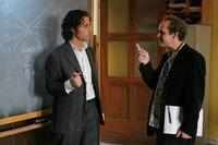 Besprechen die Gleichungen, die Charlie im aktuellen Fall herausgefunden hat: Charlie (David Krumholtz, l.) und Larry (Peter MacNicol, r.) ...