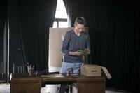 Was hat Jannis (Maximilian Scharr) mit den Wahlzetteln vor?