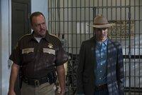 Sheriff Hunter Mosley (Brent Sexton, l.) bringt Raylan Givens (Timothy Olyphant, r.) zu seinem Vater, der mal wieder im Knast gelandet ist ...