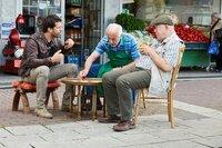 Bei einem Tee vor dem Laden von Dogan (Erden Alkan, M.) erfährt Kommissar Heldt (Kai Schumann, l.) von Alfred Sieling (Uli Krohm, r.) mehr über den Rapper Straight On.