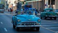 Kuba ist eine Insel der Kontraste: karibisches Lebensgefühl und nostalgischer Glanz, verfallene Prachtbauten und moderne Gebäude, weiße Strände und grüner Regenwald. Moderatorin Andrea Grießmann (links im Wagen) geht auf Entdeckungsreise und findet All-Inclusive-Urlaub im Badeort Varadero, 50er-Jahre-Oldtimer in Havanna, einen Hauch von Karibik auf der kleinen Insel Cayo Juti?as, unverfälschtes, kubanisches Leben in der Kutschen-Stadt Ca?rdenas und im Tal von Vin?ales und schließlich Musik und Tanz in Trinidad.
