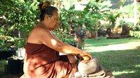 Tapa-Frau Sara Vaki beim Kneten des Stoffes, Fatu Hiva/Marquesas.
