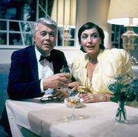 Angi (Thekla Carola Wied) und Werner (Peter Weck) beobachten als besorgtes Ehepaar auf einem Ball, wie Tanja sich auf dem Parkett bewegt.