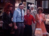 Es liegt nicht an der 3-D-Brille: Jefferson (Ted McGinley, 2.v.r.) und Marcy (Amanda Bearse, r.) stecken wirklich in diesen albernen Kostümen.