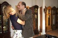 """MDR Fernsehen ALLES KLARA (1), """"Mord nach Feierabend"""", am Montag (10.03.14) um 22:50 Uhr. Probezeit bestanden? Chef Alf Ransleben (Horst Günther Marx, r.) geht Klara Degen (Wolke Hegenbarth, l.) an die Wäsche."""