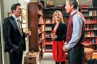 v.li.: Ty Burrell (Phil Dunphy), Julie Bowen (Claire Dunphy), Maxwell Caulfield (Professor Cooke).