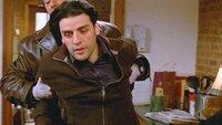 Mike Logan (Chris Noth, hinten) verhaftet den Studenten Robbie (Oscar Isaac). Hat er die Morde tatsächlich begangen?