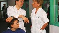 Mit Hilfe eines jungen Patienten (Matthias Ruschke, l.) versucht Dr. Hauser (Max Herbrechter, M.) Nikolas (Mariele Millowitsch) Herz zu erobern.