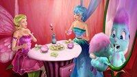 Elina (li.) wird von Azura eingeladen. Währenddessen betrachtet Bibble (re.) seinen Wackelzahn.