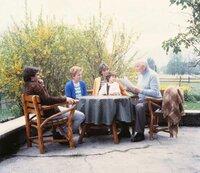 Von links: Heinl (Elmar Wepper) holt seine Familie wieder ab. Am Tisch neben ihm die Mutter (Ursula Ludwig) von Ilona (Uschi Glas), auf dem Schoß Susi (Vanessa Paulo), die dem Opa (Gustav Knuth) zuhören, der über sein Vorhaben, seine Memoiren zu schreiben, berichtet.