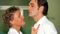 Der skandalöse Kuß zwischen Nikola (Mariele Millowitsch) und Dr. Schmidt (Walter Sittler) auf dem Ärzteball sorgt immer noch für Gesprächsstoff ...