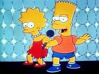 Nach neuester amerikanischer Mode geben die Gäste im Lokal kleine Darbietungen auf der Bühne zum besten. Bart und Lisa singen ein Lied.