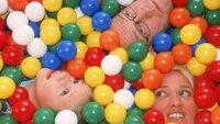 Ritas (Gaby Köster, r.) Ring ist in der neuen Ballbude im Supermarkt verloren gegangen. Schumann (Lutz Herkenrath) und Lara (Lara Fassbender) helfen suchen...