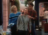 Bud (David Faustino, M.), gelähmt durch Kellys (Christina Applegate, l.) Massagekünste, erwartet ausgerechnet von Jefferson (Ted McGinley, r.) Hilfe.