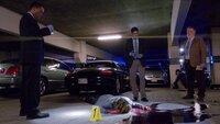 Während eines Eishockeyspiels wird Carla Dalton (Laura Niemi) im Parkhaus umgebracht. Detective Frost (Lee Thompson, l.), Frankie Rizzoli Jr. (Jordan Bridges, M.) und Detective Korsak (Bruce McGill) schauen sich den Tatort genauer an.