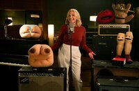 Maren Kroymann mit flauschigen Gästen - die charakterstarken Körperteil-Puppen nehmen mit Maren Kroymann den Song Body Egality im Studio auf.