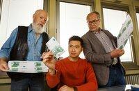 Die Rentnercops Reinhard Bielefelder (Bill Mockridge, l.) und Klaus Schmitz (Hartmut Volle, r.) versuchen sich als Geldfälscher. Hui Ko (Aaron Le, M.) begutachtet das Ergebnis.