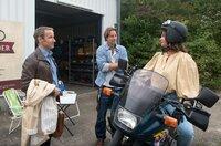 Anke (Anne Brendler,  r.) ist gerührt, als Florian (Stefan Plepp, l.) sie mit einer Probefahrt, auf einem von Bens (Hakim Michael Meziani, M.) Motorrädern überrascht.
