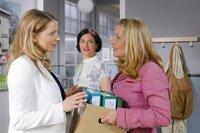 Controllerin Ortmann (Diana Staehly, l.) lässt sich von Marie (Karin Thaler, r.) mal wieder für private Zwecke einspannen, was Stockl (Marisa Burger, M.) interessiert beobachtet.