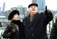 Christina Ehrenberg (Gisela Schneeberger, l.) hat ihren Ex-Mann Gregor (Dieter Pfaff, r.) um ein Gespräch unter vier Augen gebeten. Sie treffen sich am Hamburger Hafen.