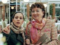 """Yasmin (Burcu Dal, links) begleitet """"Lockvogel"""" Iris (Barbara Focke) bei ihrer Suche nach dem vermeintlichen Heiratsschwindler."""