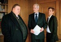 Bei seinem Treffen mit Reeder Haag (Hans Jörg Assmann, M.) und dessen Sohn Sven (Kai-Ivo Baulitz, r.) stößt  Gregor Ehrenberg (Dieter Pfaff, l.) auf eine Mauer des Schweigens.