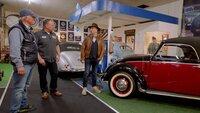 Die Sammler Traugott Grundmann (l.) und Sohn Christian Grundmann (M.) mit Moderator Horst Lichter (r.) am Umbau eines VW Käfer-Cabrio der Firma Hebmüller.