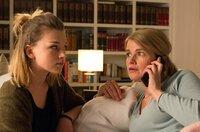 Sophie (Mira Bartuschek, r.) und ihre Tochter Marie (Sinje Irslinger, l.) verbringen einen gemeinsamen Fernsehabend. Da ruft plötzlich Falk an und zitiert Sophie in die Kanzlei.