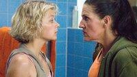 Walter (Katy Karrenbauer, re.) will Lena helfen, die sich wegen ihr mit Katja angelegt hat. Doch zuerst muss sie an Grit (Katrin Brockmann) vorbei.
