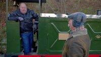 Schmalspurlok-Sammler Peter Erk (l.) steht auf einer seiner Loks neben Moderator Horst Lichter (r.).