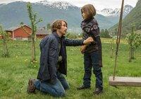 Isak (David Rott, links) versucht, dem traurigen und zornigen Fred (Jonathan Völk) Halt und Beistand zu geben.