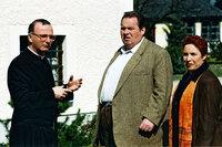 Benno (Ottfried Fischer, M.) und Sabrina (Katerina Jacob, r.) treffen Prälat Hinter (Michael Lerchenberg, l.) vor dem Pfarrhaus.